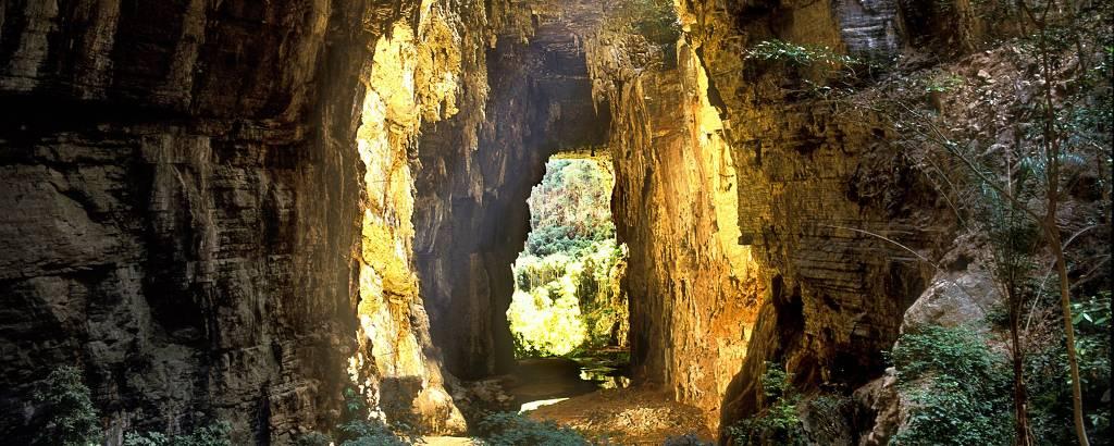 Luz solar passa por abertura em rocha no Parque Nacional Cavernas do Peruaçu