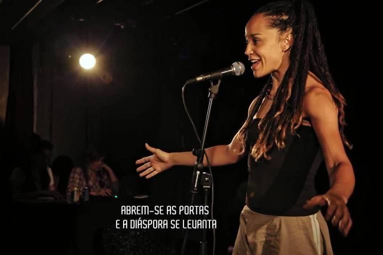 "Cena de ""Slam: Voz de Levante"", de Roberta Estrela D'Alva e Tatiana Lohmann"