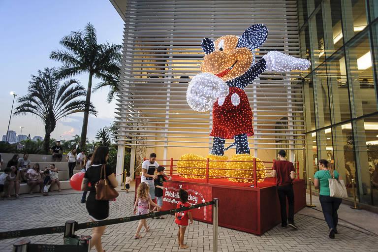 O Mickey iluminado é a atração do Shopping Tamboré