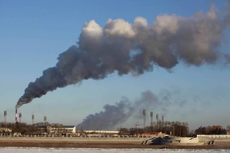 Fumaça escura em fábrica da China, país com as maiores emissões