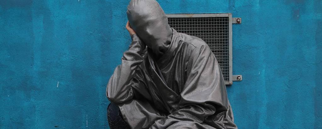 Editorial da grife Plágio, do estilista e ator Anuro Anuro, que usa tecidos descartados nos polos de confecção paulistanos Bom Retiro e Brás