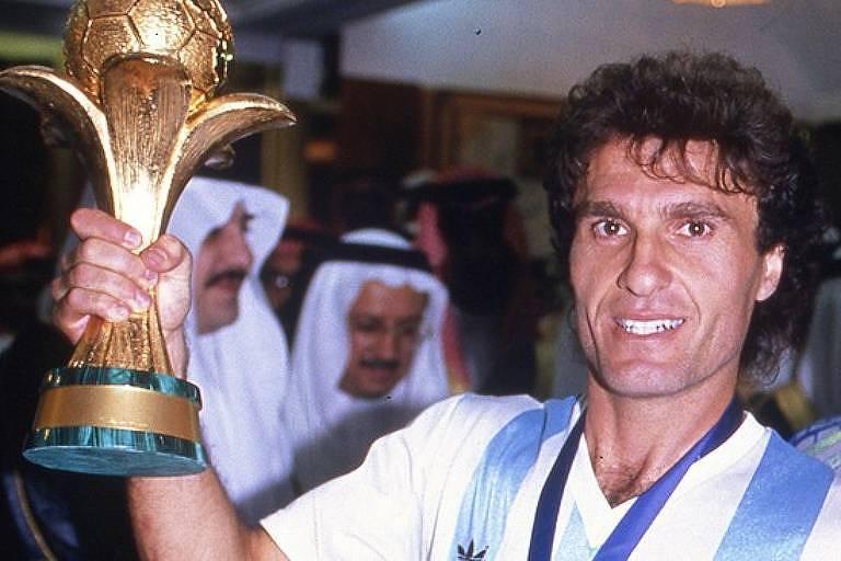 Oscar Ruggeri, campeão do mundo com a Argentina, em 1986, segura a taça da Copa das Confederações