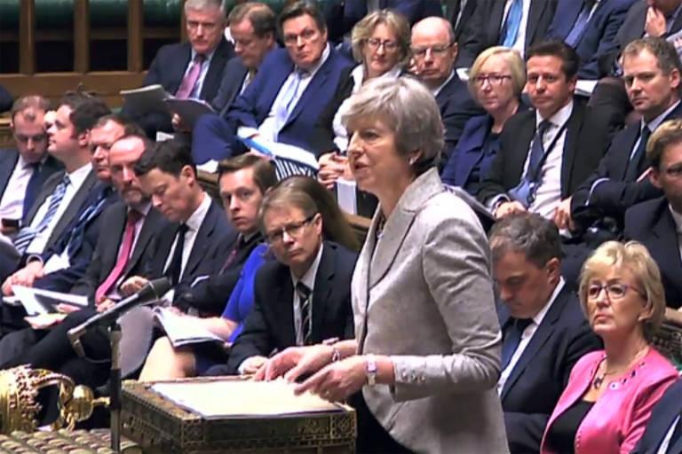 A primeira-ministra Theresa May discursa em sessão do Parlamento britânico nesta quinta (22)