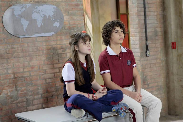 Poliana e João conversam na escola