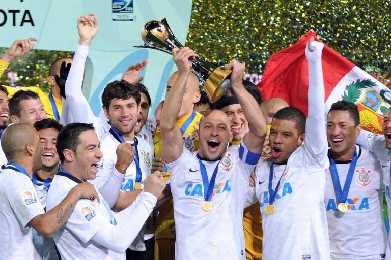Alessandro levanta a taça de campeão mundial após Corinthians vencer o Chelsea, em 2012