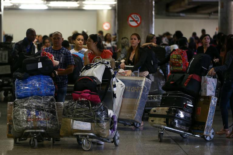 Médicos cubanos deixam o Brasil