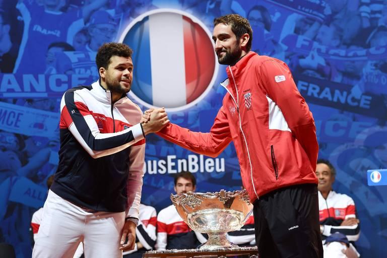 Jo-Wilfried Tsonga cumprimenta Marin Cilic no sorteio dos confrontos da final da Copa Davis