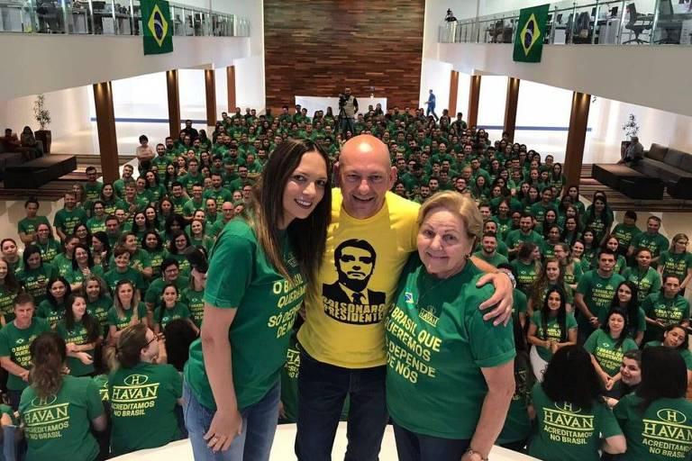 Luciano Hang, dono da Havan, veste camisa com imagem do presidente eleito Jair Bolsonaro em encontro com funcionários