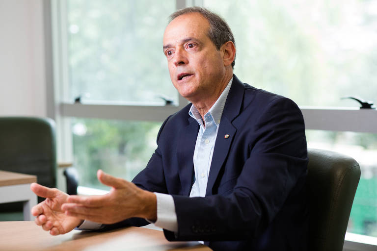 O vice-presidente do Palmeiras e candidato à presidência Genaro Marino concede entrevista à Folha de SP no clube social do time