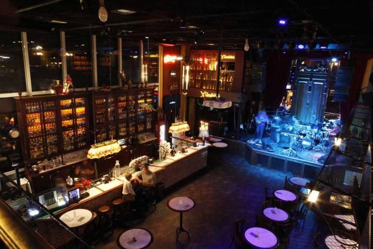 O bar que faz aniversário Charles Edward