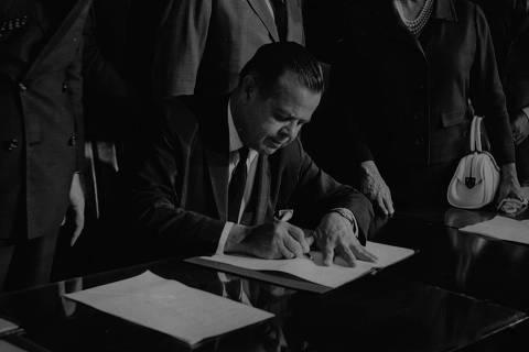SÃO PAULO, SP, 26/11/1968 - O prefeito Faria Lima assina os contratos para as obras civis da linha norte-sul do Metrô, que serão iniciadas a 14 de dezembro. (Foto: Folhapress)
