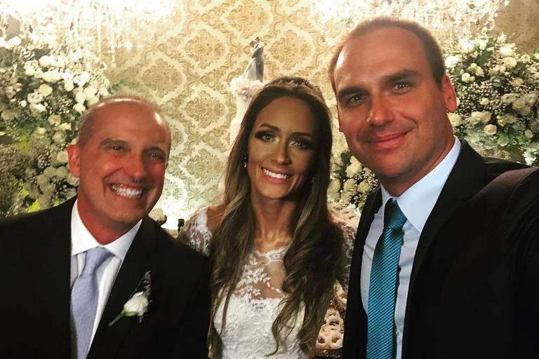 Eduardo Bolsonaro com os noivos Onyx Lorenzoni e Denise Veberling em foto publicada no Instagram