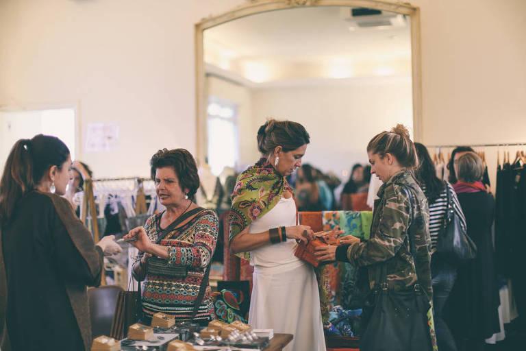 Consumidores fazem compras no bazar da praça, de Dia das Mães