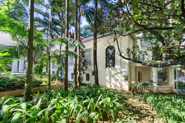 Novos prédios de São Paulo mantêm casas históricas no quintal