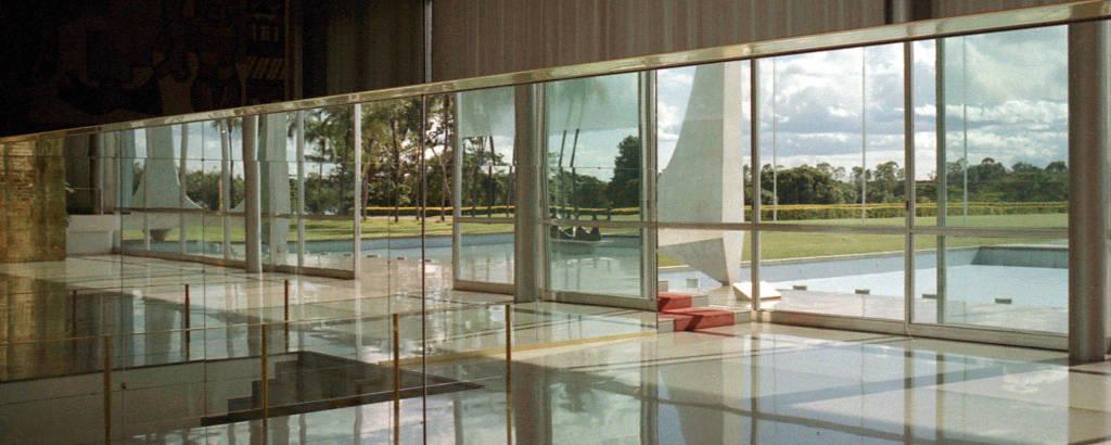 Espelho que acompanha a rampa de acesso do Alvorada reflete os jardins de entrada do palácio