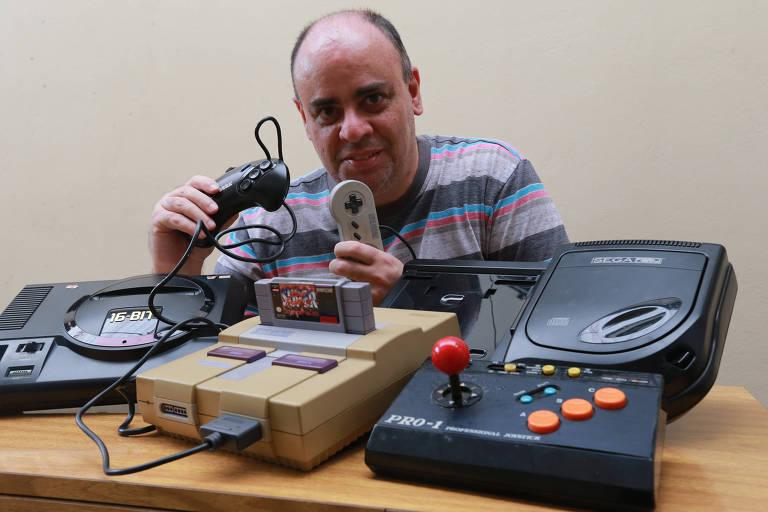Vanderlei Schiavolin guarda os videogames que teve nos anos 1990