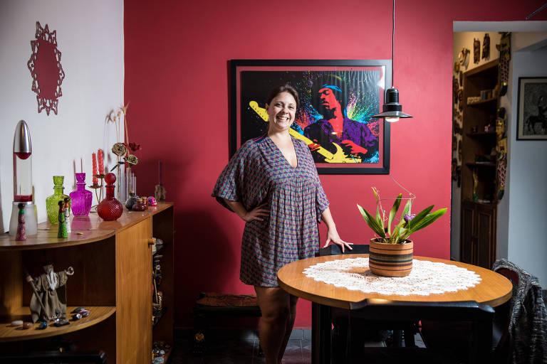São Paulo, SP, Brasil, 19-11-2018: Letícia Henriques dos Santos, 36, administradora de empresas, na sala de seu apartamento. (Foto: Alberto Rocha/Folhapress)