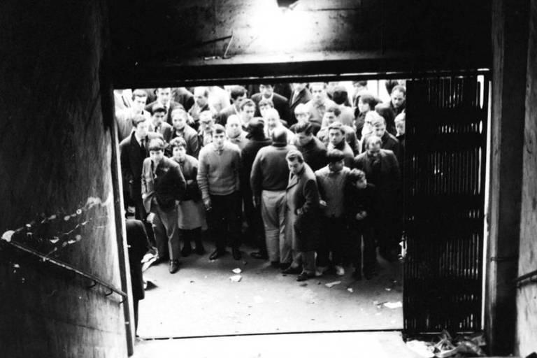 Portão 12 do Monumental ficou obstruído pela porta, parcialmente fechada, e pelas catracas que estavam nas laterais das escadas