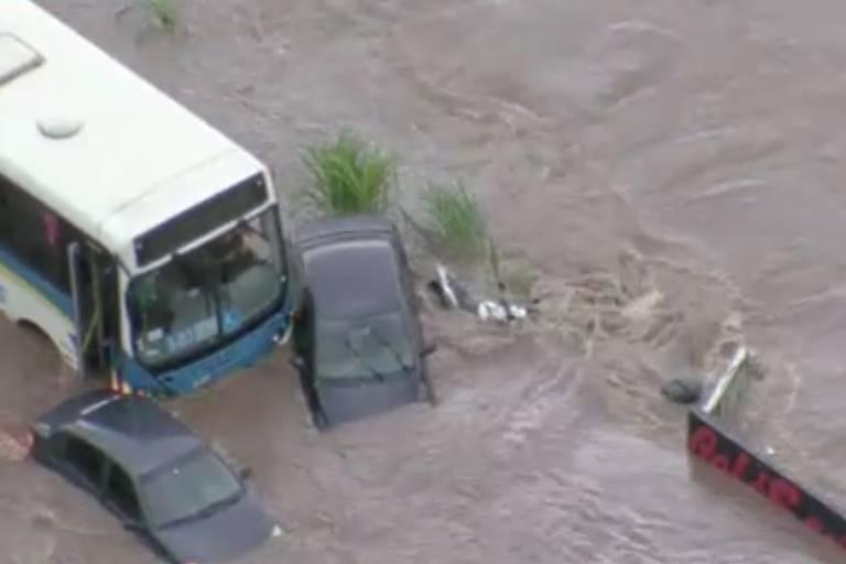 Chuva forte causa alagamento em vias de Santo André, na Grande São Paulo