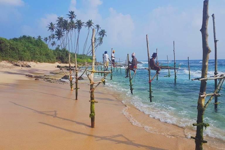 Pescadores na praia de Koggala, no Sri Lanka