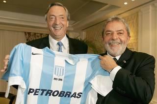 Brazilian President Lula da Silva receives Racing soccer jersey from Argentine President Kirchner