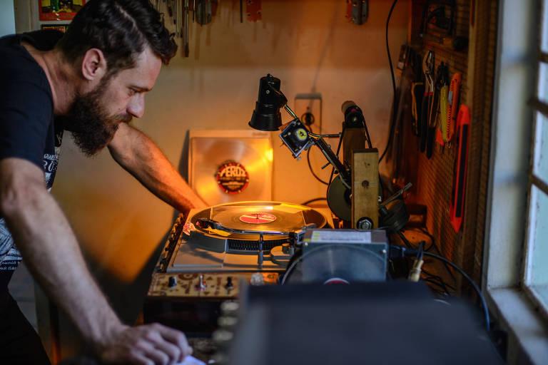 Conheça a máquina de gravar vinil criada por Davi Henn
