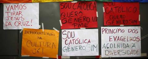 SAO PAULO, SP, BRASIL, 25-08-2015: Grupos protestam em frente a Camara Municipal contra o novo Plano Nacional de Educacao, que tem sua discussao retomada. (Foto: Fabio Braga/Folhapress, COTIDIANO).