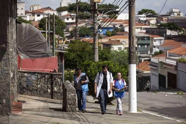 Médico e agentes de saúde da família percorrem até 30 quarteirões para acompanhar pacientes