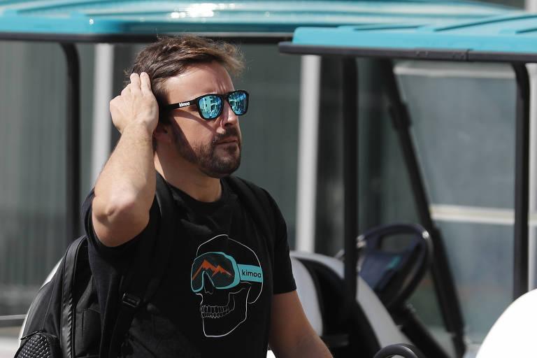 Fernando Alonso, da McLaren, chega ao autódromo de Yas Marina para sua última prova na F-1