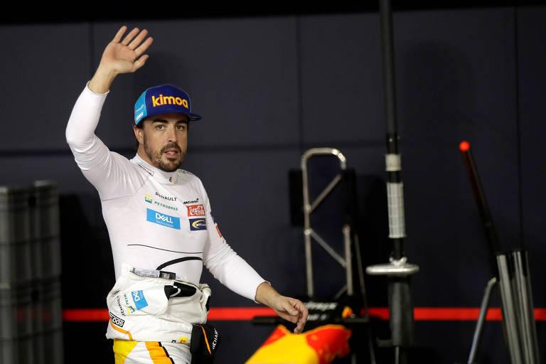 O piloto Fernando Alonso, da McLaren, gesticula para os torcedores em Abu Dhabi