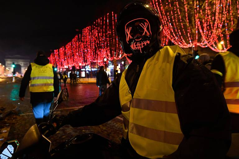 Manifestantes contra política econômica e polícia francesa se enfrentam em Paris