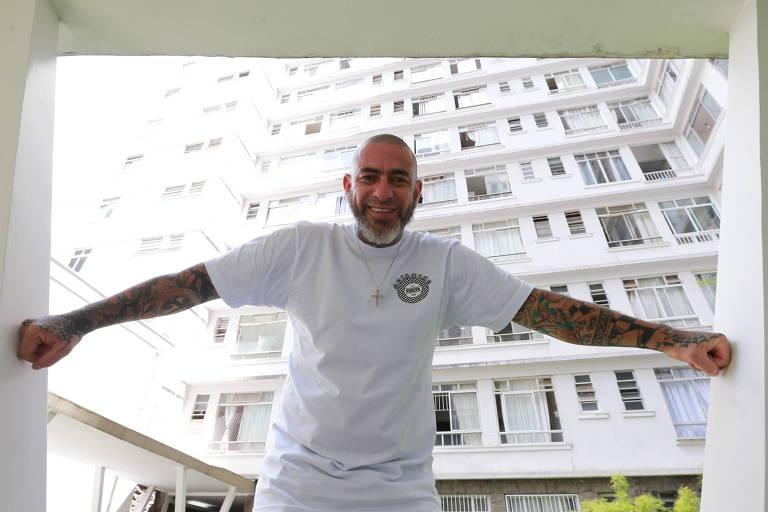 Chef Henrique Fogaça na frente do prédio Baronesa de Arary, de onde pretende ser síndico