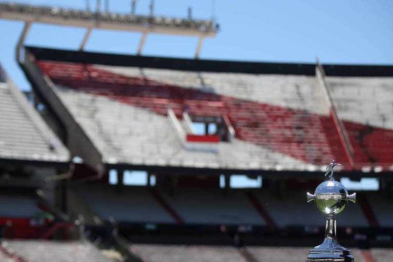 A taça da Libertadores no estádio do River Plate, o Monumental.