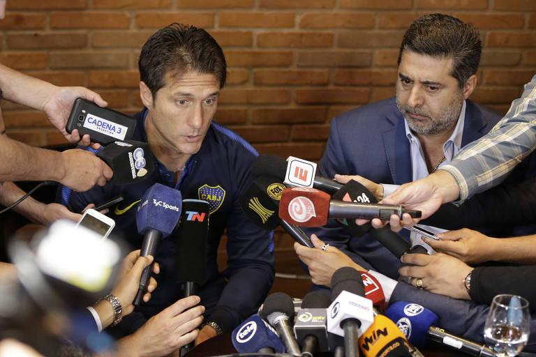 Guillermo Scelotto, técnico do Boca Juniors (à esq) durante coletiva de imprensa neste domingo. Jogo foi adiado novamente