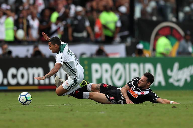 Dudu é derrubado durante jogo do Palmeiras contra o Vasco em São Januário -  Leandro Desabato Reuters e1797818438ef