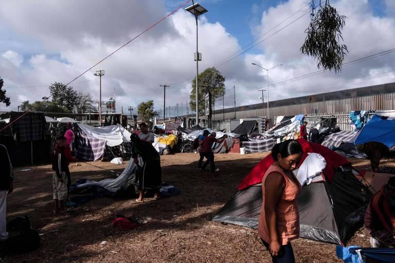 Migrantes centro-americanos, a maioria de Honduras, permanecem em um abrigo temporário em Tijuana, próximos à fronteira com os Estados Unidos