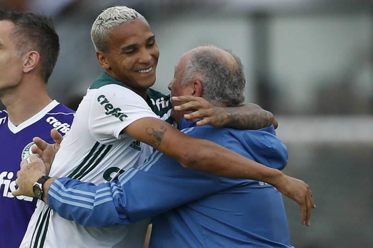 Deyverson comemora seu gol na partida contra o Vasco abraçando Felipão