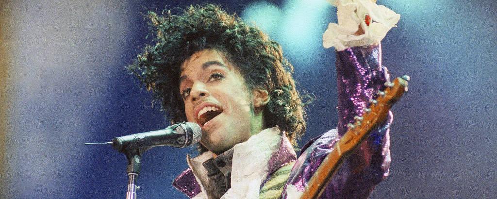 Prince se apresenta num show na Califórnia, em 1985