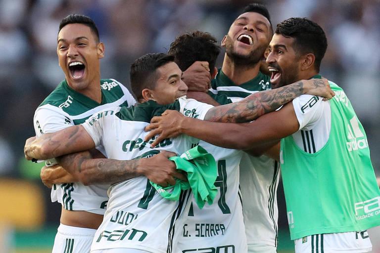 Palmeirenses comemoram o título brasileiro após a vitória sobre o Vasco, em São Januário