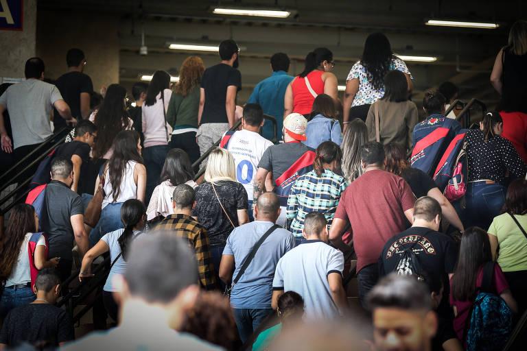 Pessoas subindo escadas para fazer a primeira fase da Fuvest