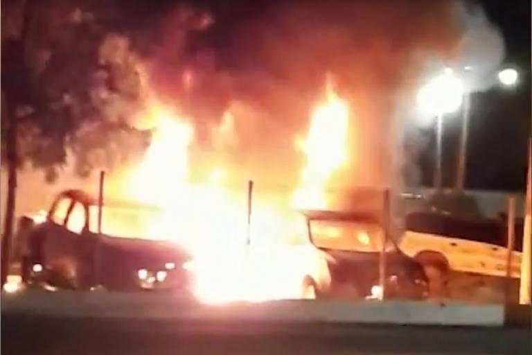 Carros incendiados por quadrilha em Bacabal (MA)