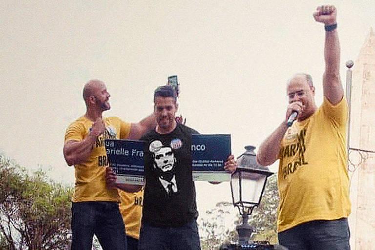 Daniel Silveira (à esquerda), Rodrigo Amorim (ao centro, com a placa quebrada) e Wilson Witzel (à direita) com placa em homenagem a Marielle Franco partida ao meio
