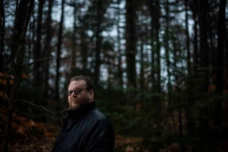 homem em floresta