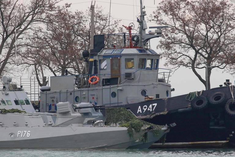Navios militares ucranianos capturados pela Rússia no porto de Kerch, na Crimeia