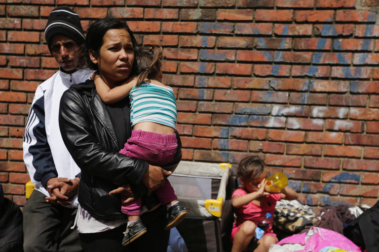 A venezuelana Francis Montano, 22, e sua família em campo de refugiados em Bogotá, na Colômbia
