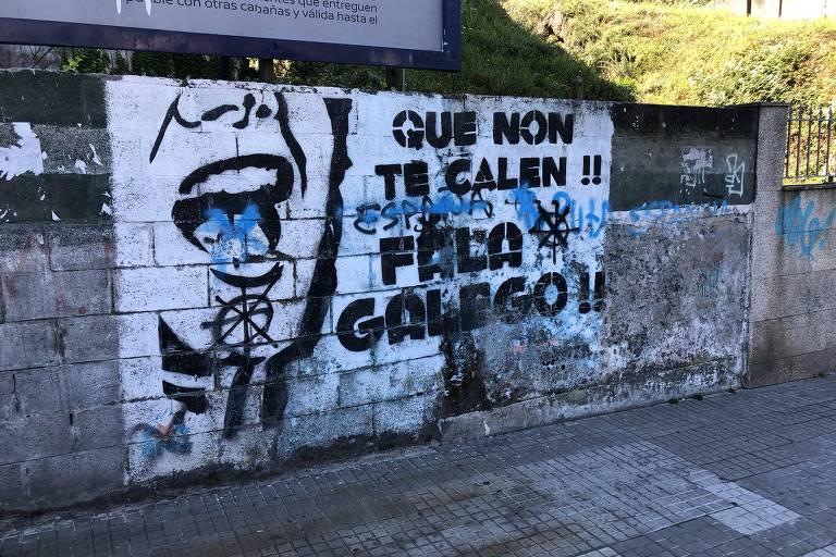 Frases de protesto em muros a favor do uso do galego em Corunha, na Espanha