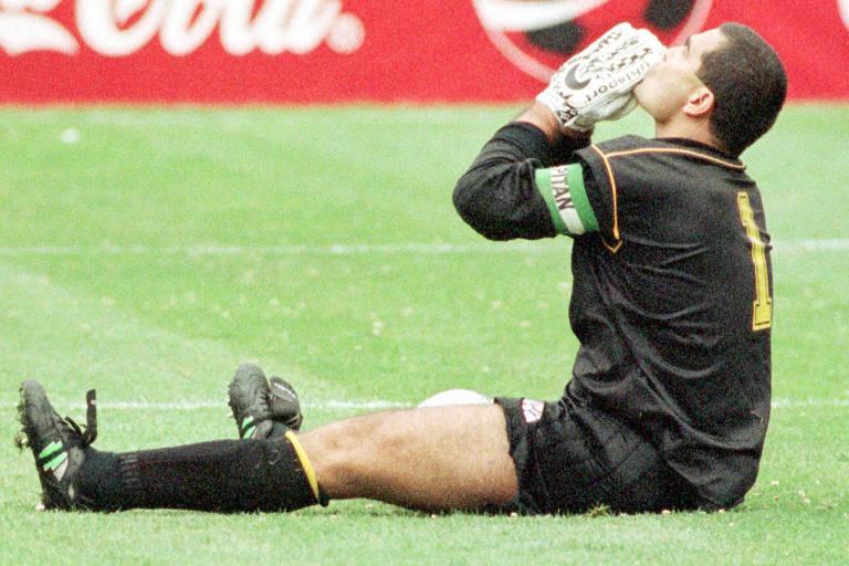 Pela seleção paraguaia, o então goleiro comemora vitória em partida das eliminatórias para o Mundial de 1998
