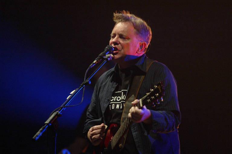 O vocalista e guitarrista Bernard Sumner, da banda inglesa New Order, durante apresentacao na Via Funchal, em Sao Paulo, em 13 de novembro de 2006