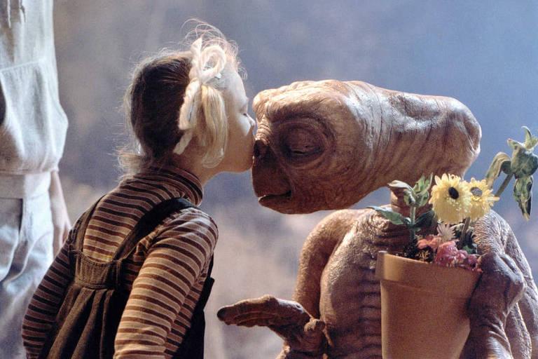 """Drew Barrymore em cena do filme """"ET: O Extraterrestre"""", do diretor Steven Spielberg"""
