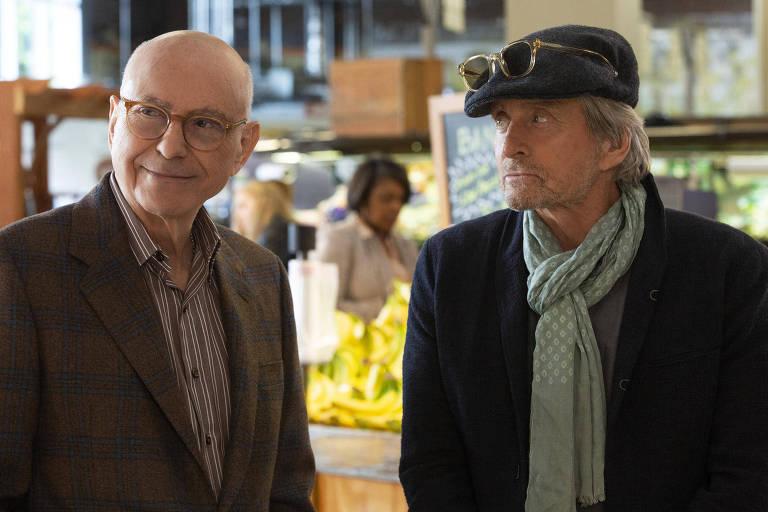 Os atores Alan Arkin (à esq.) e Michael Douglas em cena de 'O Método Kominsky'